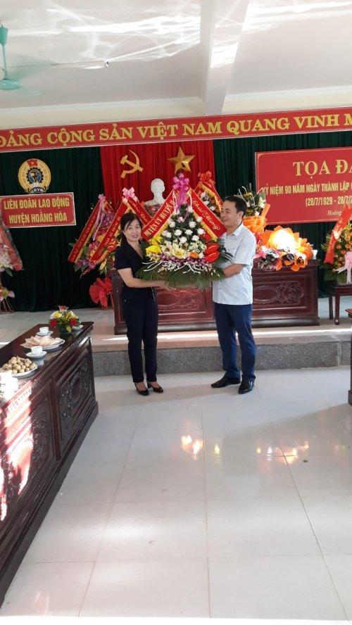 1. Đồng chí Đoàn Thị Hải - Phó Bí thư thường trực huyện ủy tặng hoa chúc mừng cán bộ, viên chức, NLĐ LĐLĐ huyện.jpg