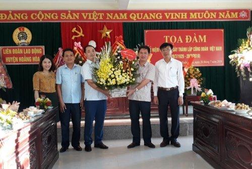 2. Đ.c Lê Sỹ Nghiêm - PBT huyện ủy - Chủ tịch UBND huyện cùng các đồng chí lãnh đạo huyện tặng hoa chúc mừng LĐLĐ huyện .jpg