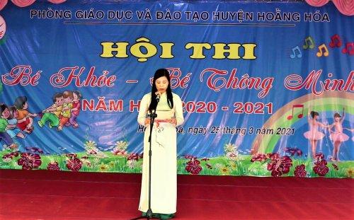 Ảnh 1. Đồng chí Hoàng Thị Oanh - Phó trưởng phòng GD&ĐT huyện khai mạc hội thi.png