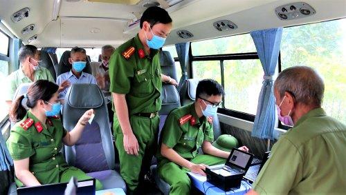 Ảnh 2. Người dân lấy dấu vân tay phục vụ cho việc cấp CCCD..png