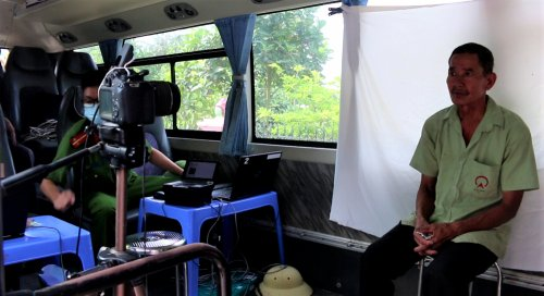 Ảnh 6. Người dân chụp ảnh trên xe cho việc cấp CCCD..png