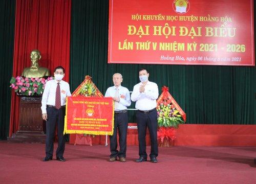 """ẢNh 6 Trao cờ """"Đơn vị thi đua xuất sắc"""" của Trung ương Hội khuyến học Việt Nam, giai đoạn 2016 - 2021 cho Hội khuyến học huyện Hoằng Hóa.JPG"""